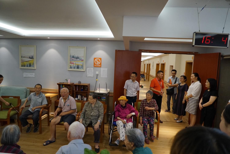 8A区三层大厅(老人正在开展拍球活动).JPG
