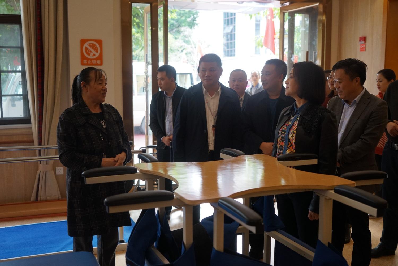 3.唐副市长询问正在康复中心进行康复训练的老人.JPG
