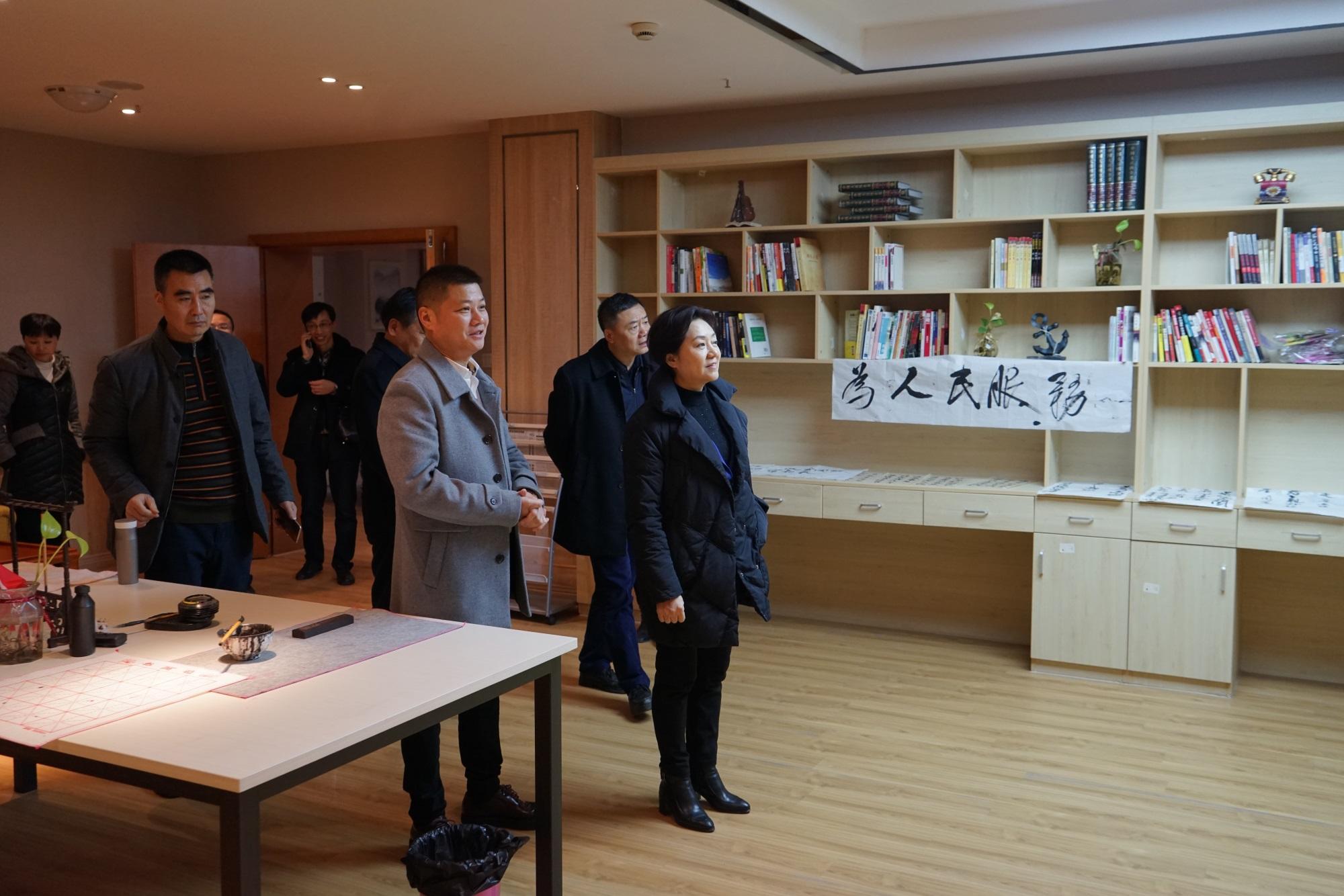 5参观书画阅览室,观看老人字画.JPG