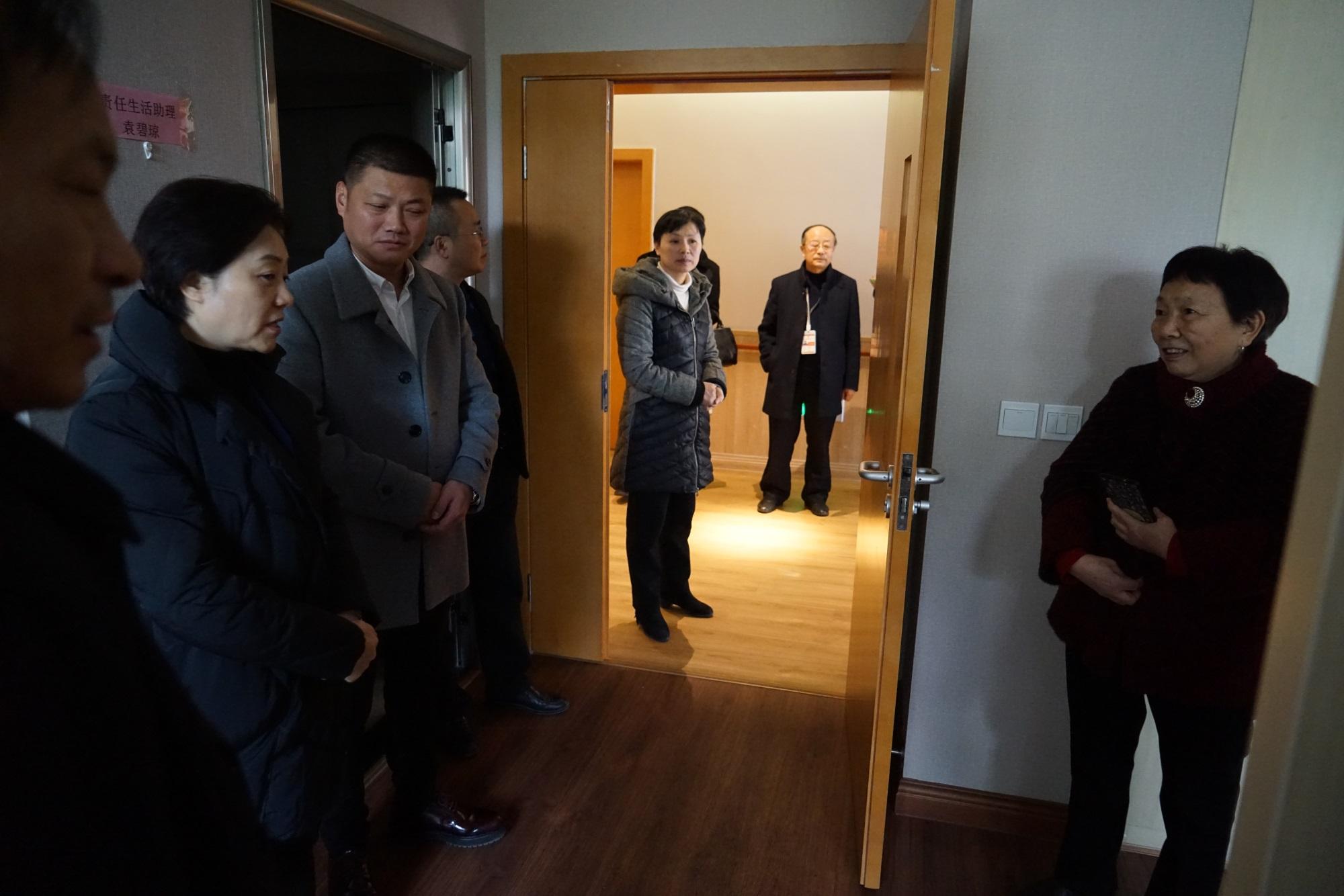 11.参观套房,邓厅长与入住老人候婆婆亲切交谈.JPG